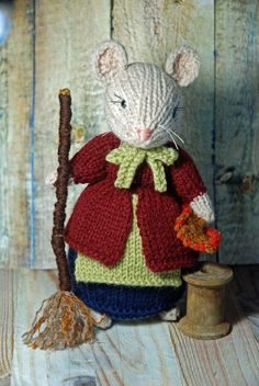 Knitted Cleaning Mouse Lady - Fall and Autumn Mouse Decor Crochet Mouse, Crochet Teddy, Knitted Dolls, Crochet Dolls, Knitting Patterns Free, Knit Patterns, Crochet Flower Tutorial, Creation Deco, Felt Mouse