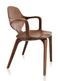 Cadeira Clad com braços em tauari assinada por Jader Almeida - foto diagonal 2