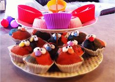 Muffins mit Gesicht für Kinder Food Humor, Funny Food, Birthdays, Food And Drink, Sweets, Desserts, Monsters, Pies, Food Coloring