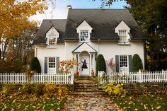 Something about these old colonial looking homes makes them quintessentially Autumn looking. #fall