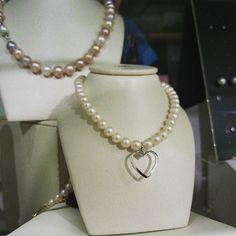 Girocollo in perle con centrale in oro e diamante a forma di cuore  #agira #gioiello #leonforte #sanvalentino #love #amore #infinity #infinito #morellato #swarovski #diamante #corallo #perle #cammeo #tourbillon by gioielleriapagano