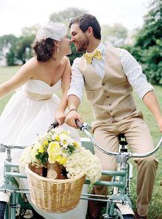 自転車が大好きな二人、披露宴の幕開けは自転車に乗って登場する素敵なアイデア♫
