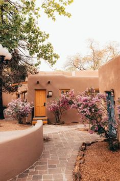 Santa Fe In 24 Hours What to do / explore / eat in Santa Fe!You can find Santa fe and more on our website.Santa Fe In 24 Hours What to do / explore / eat in Santa Fe! Southwestern Home, Southwest Style, Santa Fe Home, Santa Fe Style, Adobe House, Land Of Enchantment, Backyard, Patio, Beautiful Places