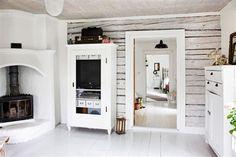 Lantlig charm i ljusaste Småland - Hus & Hem Cabin Interior Design, Cabin Design, Cabin Interiors, Wood Interiors, Vintage Stoves, Old Fireplace, Ikea Living Room, Swedish House, Swedish Style