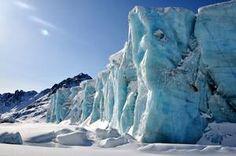 Schroff schiebt sich die Eiskante des Arge-Nielssen-Gletschers in Liverpool-Land in Richtung Meer.