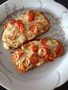 Baguettscheiben mit Tomaten & Mozzarella überbacken (Fitness Food)