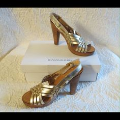 """Banana Republic Strappy Gold Leather Platforms Fantastic Banana Republic Strappy Gold Leather Platform Sandals Shoes Size 7.5  Banana Republic Bella Gold & Tan Sandals With Box Size 7.5 M Heels 4.75"""" Shoes are excellent condition Flip Top Box Is Solid But One Corner Is Slightly Dented & Torn   No Trades  (s074) Banana Republic Shoes Sandals"""