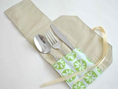 Someone is very clever! Fold down the top, roll and tie! Love this idea, you can do them ahead of time and just set them out for the party. Diy Cutlery Pouches, Cutlery Holder, Silverware Caddy, Fabric Crafts, Sewing Crafts, Sewing Tutorials, Sewing Patterns, Scrap Busters, Small Sewing Projects