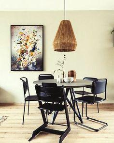 Het werk dat Stylist Eva heeft gekozen is een digitale compositie van Jesper Krijgsman. Dit werk geeft een leuke twist aan de make-over door de explosie van kleur en verschillende elementen. Om de digitale landschappen tot leven te wekken gebruikt Jesper fotografie en beeldbewerking. #poster #print #wallart #canvas #schilderij #interieurinspiratie #interiorinspiration #diningroom #diningarea #eethoek #eetkamer #woonstyling
