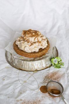 Omenapiirakka syntyy nopeasti ja se on luontaisesti gluteeniton, munaton, maidoton (jos käytät voin sijaan neitsytkookosöljyä) ja soijaton, joten se sopii useimmille erikoisruokavalioita noudattaville. Piiras on nopea valmistaa vaikka yllätysvieraita varten ja korkea omenamousse sekä näyttää että maistuu taivaalliselta.