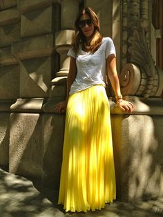 yellow skirt, basic white or grey T shirt                                                                                                                                                                                 Más
