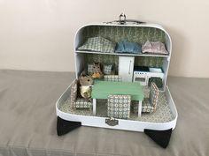 Valise faite sur demande pour un garçon plein d imagination Cardboard Dollhouse, Diy Dollhouse, Monster Toys, Miniature Rooms, Sylvanian Families, Tiny Dolls, Miniture Things, Doll Furniture, Cool Diy Projects