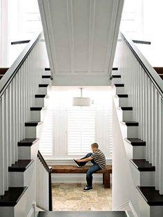 Uma escada que levanta e revela uma sala secreta | 36 Coisas que você obviamente precisa na sua nova casa