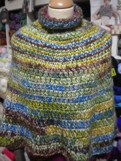 Hoy os traemos dos labores más de punto. En este caso es de otra de nuestras alumnas, Ana, que ha hecho este bonito poncho en tonos verdes. Lo ha realizado en lana matizada, pero en este caso, lo ha hecho mediante ganchillo. Con este tipo de lana se aprecia muy bien el punto.