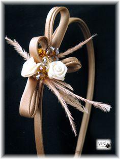 diadema forrada en tonos marrones glace,como motivo unas flores cremas y unos cristales en tonos marrones y anaranjados.Ademas unas plumitas. Todos los detalles estan cosidos a mano para mayor seguridad ,por si se animan las mas txikis auqnue creo que este diseño vale tambien para las mas grandes. Halo Headband, Fascinator Headband, Fascinator Hairstyles, Wedding Headband, Fascinators, Headpieces, Ribbon Headbands, Ribbon Hair Bows, Floral Headbands