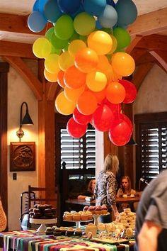 Bouquet de globos como centro de mesa sobre el techo.