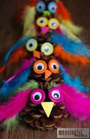 Zapfen Eulen Basteln Federn auch als Bastelei für einen Kindergeburtstag. Are you looking for a fun fall craft? This adorable pinecone craft is easy to make and kids will enjoy creating a variety of owl figures. Pinecone Owls, Pinecone Crafts Kids, Owl Crafts, Fall Crafts For Kids, Thanksgiving Crafts, Toddler Crafts, Art For Kids, Craft Kids, Pine Cone Crafts For Kids