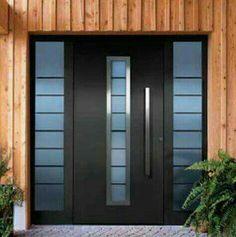 Puerta negra con vidrios polarizados en tono azul y detalles metalicos