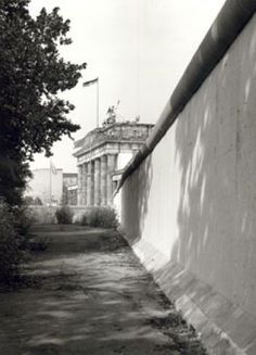 1977 - Berlin, DDR: Sperrmauer am Brandenburger Tor (Barrier wall at the Brandenburg Gate.)  Foto: Klaus Lehnartz/Landesarchiv Berlin