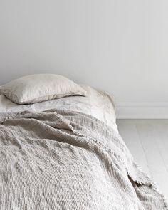 Scandinavian Bedroom with Linen Sheets via Sara Medina Lind Grey Sheets, Linen Sheets, Bed Linen Sets, Linen Bedding, Bedding Sets, Fitted Sheets, Ikea White Dresser, Scandinavian Bedroom Decor, Scandinavian House