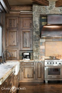 An upscale mountain rustic kitchen in this mountain home. Built by Utah's Luxury Home Builders, Cameo Homes Inc. Rustic Cabin Kitchens, Rustic Kitchen Cabinets, Kitchen Cabinet Styles, Log Home Kitchens, Mountain Home Interiors, Modern Lodge, Condo Decorating, Mountain Home Decorating, Luxury Cabin