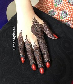 We have assembled some eye-catchy and beautiful Diwali Mehndi Designs for newlywed brides to flaunt at the auspicious occasion of Diwali. Henna Hand Designs, Dulhan Mehndi Designs, Arabian Mehndi Design, Mehndi Designs Finger, Latest Bridal Mehndi Designs, Mehndi Designs For Beginners, Mehndi Designs For Girls, Mehndi Design Photos, Unique Mehndi Designs
