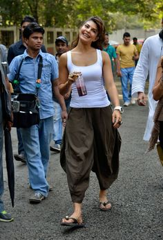 Sri Lankan beauty and Bollywood actress Jacqueline Fernandez was spotted enjoying on the sets of her movie Roy. Indian Celebrities, Bollywood Celebrities, Bollywood Saree, Bollywood Fashion, Hot Actresses, Indian Actresses, Beautiful Bollywood Actress, Katrina Kaif, Indian Designer Wear