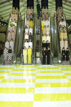 Louis Vuitton, printemps-été 2013. Conception du décor par l'artiste français Daniel Buren.