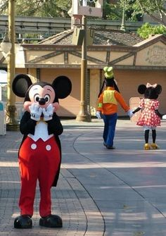 """Mickey and Minnie were in Divorce Court. As the judge was reading the docket, He said to Mickey, """"I see here you're divorcing your wife because she's mentally unstable?"""" Mickey stands up and yells, """"No she's f**king Goofy! Disney Parks, Walt Disney World, Disney Pixar, Disney Characters, Disney Mickey, Funny Disney, Disney Memes, Disney Nerd, Disneyland Characters Funny"""
