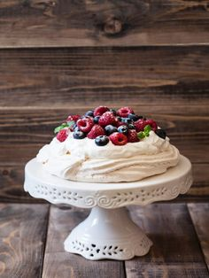 Crispy on the outside and soft on the inside, with a heart of cream and fruit – the Pavlova cake is our favorite sweets on hot summer days. No Bake Desserts, Delicious Desserts, Yummy Food, Sweet Recipes, Cake Recipes, Pavlova Cake, Sweet Breakfast, Macaron, Desert Recipes