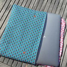 laptophoes naaien Diy Sewing Projects, Sewing Tips, Sewing Hacks, Beach Mat, Knit Crochet, Outdoor Blanket, Couture, Knitting, Sleeve