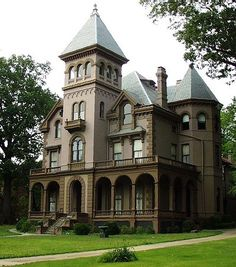 The Mallory-Neely House, Memphis, Tennessee, 1852 Richardsonian Romanesque Victorian. A three-story mansion built featuring 25 rooms and most of its original furnishings (open to public Friday & Saturday) Victorian Architecture, Beautiful Architecture, Beautiful Buildings, Architecture Details, Beautiful Homes, Classical Architecture, Stairs Architecture, Old Mansions, Abandoned Mansions