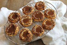 Oh là là testez ces biscuits fourrés au caramel & beurre salé, une tuerie ! Biscuits Au Caramel, Sauce Caramel, Meringue Cookies, Biscuits Faciles, Macaroons, Biscotti, Deserts, Muffin, Sweets