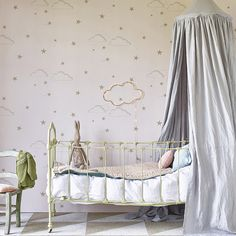 Nothing better than fresh, stylish wallpapers with unique prints to make you feel happy! This time, Hibou Home novelties are full of kids' magic: metallic stars and elegant swans, perfect to create the dream room for your little ones. Check them out on today's post You're gonna love it! http://petitandsmall.com/hibou-home-wallpaper-kids-room/