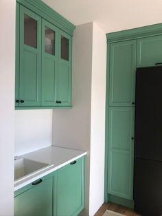 Színes angol stílusú konyhabútor Kitchen Cabinets, Storage, Furniture, Home Decor, Art, Purse Storage, Art Background, Decoration Home, Room Decor