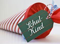 Dieser süße Geschenkanhänger ist eine süße Dekoration an der Schultüte. Man kann dem Schulkind liebe Wünsche mit auf den Weg geben. Er eignet sich aber auch toll als Geschenkanhänger für ein kleines Geschenk zur Einschulung. Den Krima & Isa - Anhänger Schulkind bekommt ihr bei www.party-princess.de