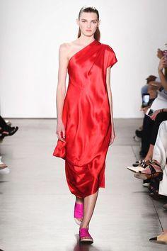 Il rosso sarà il colore di moda (anche) del 2018: le tendenze dalle sfilate non lasciano dubbi