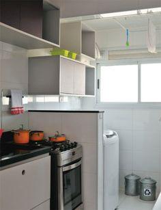 Depois de dez meses pesquisando preços e exercitando a criatividade, o casal conquistou uma decoração única para o apartamento de 52 m².
