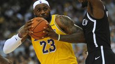 Amerykańskie ligi sportowe są jak partie polityczne w Polsce. Obsługują przede wszystkim swój żelazny elektorat, bo to się im opłaca. Dziwne więc, że kibice, którzy podziwiali LeBrona Jamesa i Steve'a Kerra za ich zaangażowanie w sprawy społeczne, są w dużym szoku, gdy obaj odpowiadają na pytania o awanturę między NBA a Chinami. Colin Kaepernick, Houston Rockets, San Francisco 49ers, Los Angeles Lakers, Golden State Warriors, Lebron James, Nfl, Sports, Hs Sports
