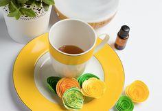 Disfruta de la brillantez de la mezcla de aceite esencial Epoch® Burst, una enérgica combinación de aceites esenciales cítricos y mentolados. Difumina Epoch® Burst en un difusor ambiental Epoch® y disfruta del aroma. Trata de notar las sutiles notas de toronja fresca, mandarina, limón y bergamota, una fruta mediterránea de origen exótico. Sobrepasando los aromas cítricos, podrás notar las notas aromáticas de la yerbabuena. #aceitesesencialesepoch Nu Skin, Essential Oils, Tableware, Diffuser, Essential Oil Combinations, Report Cards, Fur, Health, Dinnerware