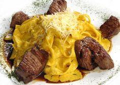 Receta Fetucini a la Huancaina con Lomo Peruvian Desserts, Peruvian Dishes, Peruvian Cuisine, Peruvian Recipes, Grilling Recipes, Beef Recipes, Comida Fusion, Latin American Food, Salads