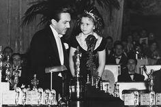En medio de tanto protocolo y tanta fría organización, también había algo de espacio para la ternura: Shirley Temple entrega el Oscar Honorífico a Walt Disney en 1938. La estatuilla llevaba un anexo en forma de escalera con siete pequeños Oscar como un guiño a Blancanieves y los siete enanitos.