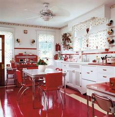 Retro A Mid-Century Kitchen in Red. A collection of red-and-white vintage kitchenware provided the inspiration for this luscious retro kitchen. - A collection of red-and-white vintage kitchenware provided the inspiration for this luscious retro kitchen. Red And White Kitchen, Mid Century Modern Kitchen, Vintage Home Decor, Retro Kitchen, Vintage Kitchen, Vintage Kitchen Decor, Modern Kitchen, Kitchen Remodel, Retro Home Decor