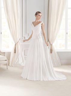 #Vestido de #novia con corte de columna, escote en V y cola de capilla. Modelo ELERINA. chantu.es