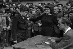 Il campo di transito di Dessau, in Germania, organizzato dagli alleati nei primi mesi del 1945 e destinato ad accogliere i rifugiati, i deportati, i dispersi, gli sfollati di ritorno dal fronte orientale della Germania liberato dall'esercito sovietico, i sopravvissuti ai campi di sterminio. Una donna riconosce l'informatrice della Gestapo che l'aveva denunciata. Henri Cartier-Bresson - Dessau, Germania, Aprile 1945