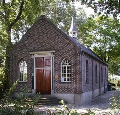 1822: This Protestant Church was build by Baroness Mackay. She was the widow of Baron de Cocq van Haeften. The Protestant community of Venray have restored this church and it is now in use for. Sunday service during the summer