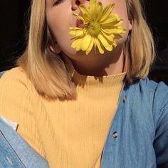 Imagen de yellow, girl, and flowers
