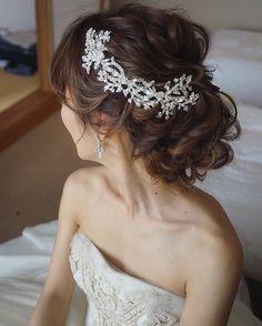 今日は三重県でブライダルでした✨ ゆるめスタイルに横にフォルムの長めのヘッドアクセを付けて☺️ Hair Design For Wedding, Wedding Styles, Headpiece Jewelry, Hair Jewelry, Formal Hairstyles, Bride Hairstyles, Bridal Hairdo, Wedding Veils, Bridal Hair Accessories