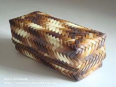 エコクラフト:網代編みの箱:グラデーション Bamboo Basket, Rope Basket, Basket Weaving, Bamboo Weaving, Hand Weaving, Traditional Baskets, Bamboo Architecture, Eco Green, Bamboo Crafts