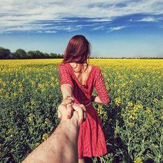 Fotógrafo retrata namorada guiando-o pelas mãos em viagens